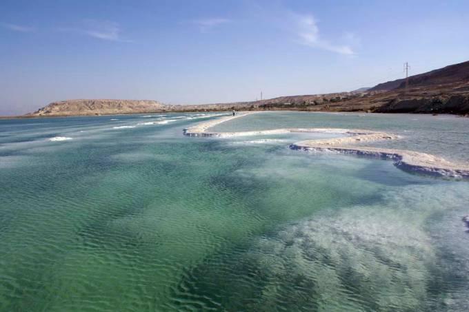 O Mar Morto está localizado 416 metros abaixo do nível do mar e é o ponto mais baixo do mundo.  Suas águas, que se estendem pelos territórios de Israel, Jordânia e Palestina, são quase dez vezes mais salgadas que as dos oceanos, o que facilita o nado.