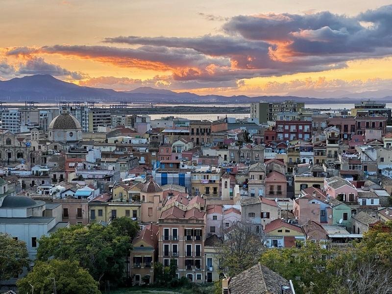 Pôr do sol sobre as cidades mediterrâneas de Cagliari no terraço de Santa Croce