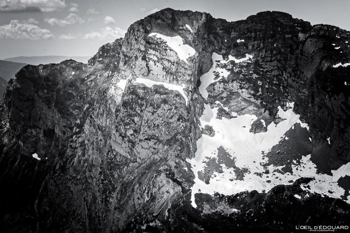 Face leste da Pointe d'Arcalod vista do topo da Pointe de Chaurionde - Caminhada Massif des Bauges Alpes Savoy França Paisagem montanhosa - vista superior paisagem montanhosa Alpes franceses Caminhadas ao ar livre Caminhadas