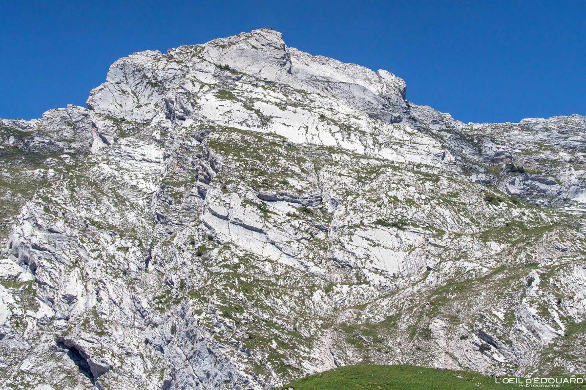 Parede leste Arcalod Massif des Bauges Alpes Savoie França Paisagem montanhosa - pico da montanha dos Alpes franceses ao ar livre