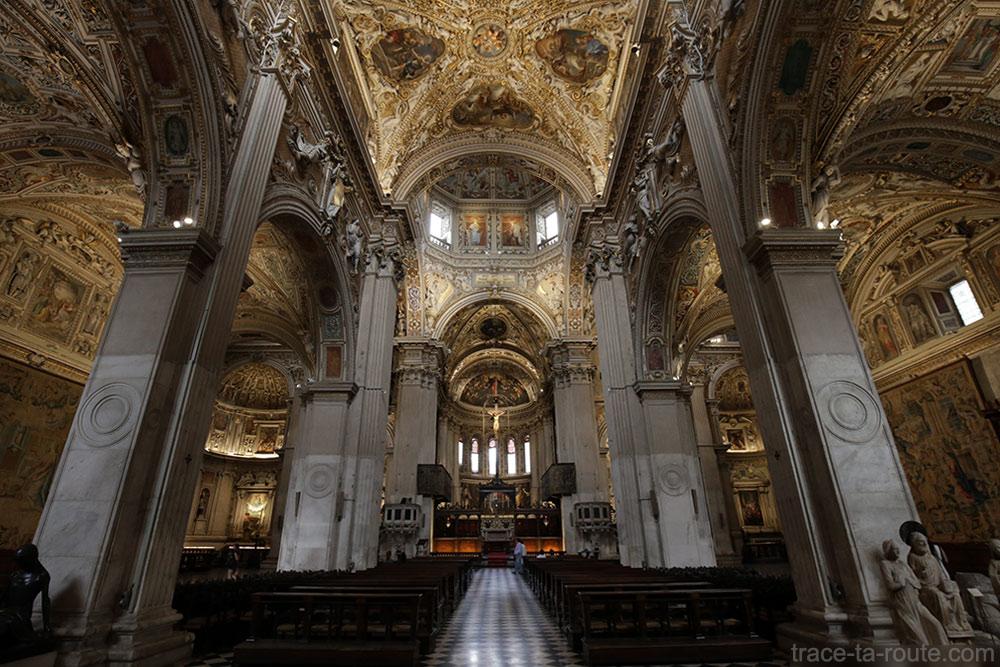 Nave interna da Basílica de Santa Maria Maggiore em Bergamo (Città Altà Bergamo)
