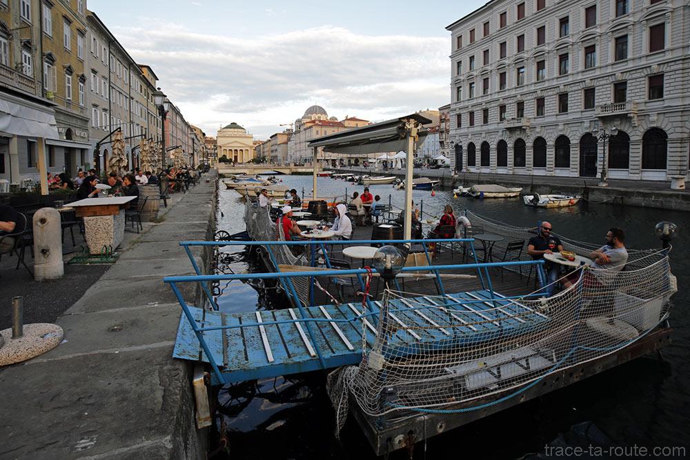 Terraço do Caffè Rossini no Grande Canal de Trieste com a Igreja de Sant'Antonio Nuovo ao fundo