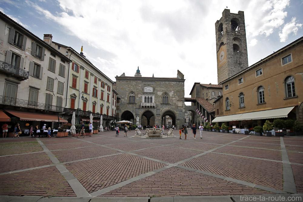 Fonte na Piazza Vecchia em Bergamo (Città Altà Bergamo), Palazzo della Ragione e Torre Civica / Campanone