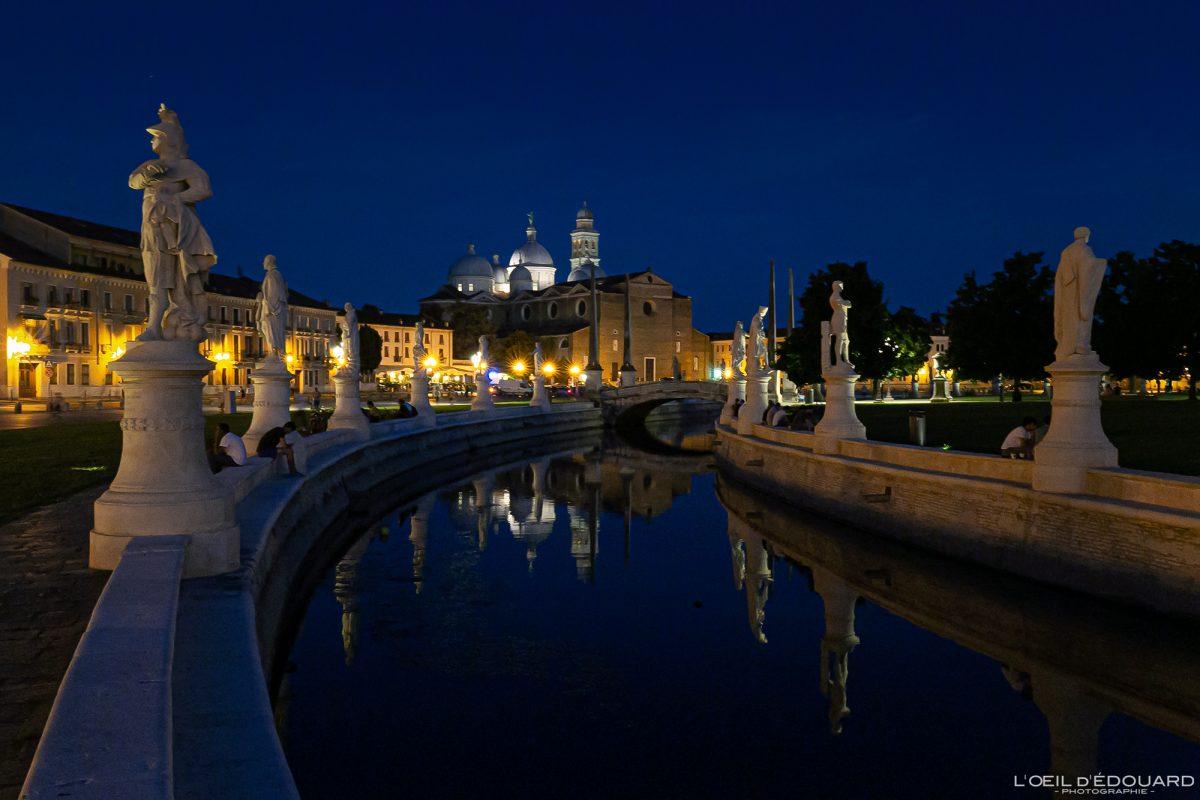 Canal e esculturas Prato della Valle Padua Itália e Basílica de Santa Giustina à noite - Basílica de Santa Giustina Pádua Itália à noite Praça italiana Igreja italiana