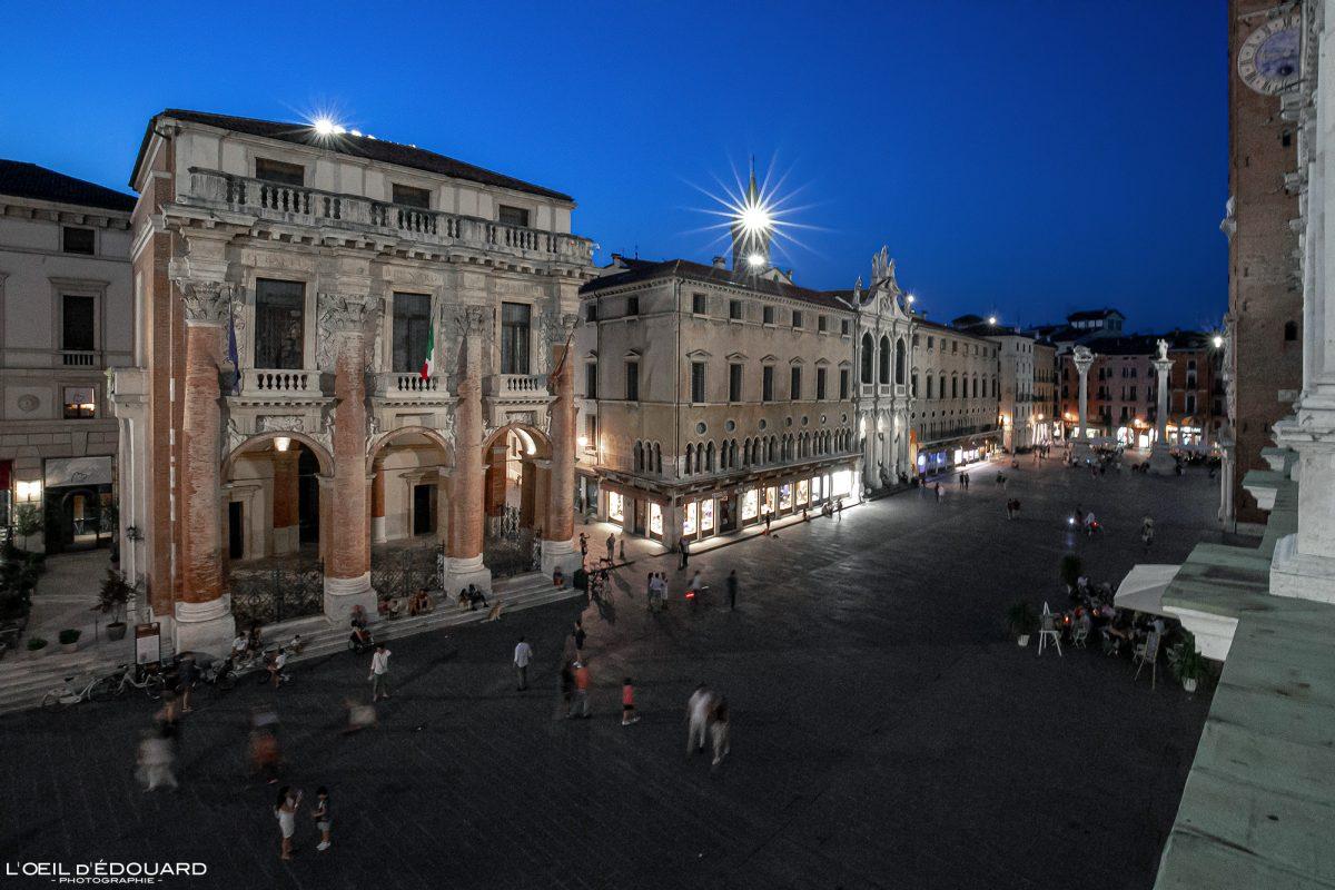 Praça da noite Piazza dei Signori à noite Vicenza Itália Vêneto da Basílica Palladiana Vicenza Itália Vêneto Itália Arquitetura noturna italiana