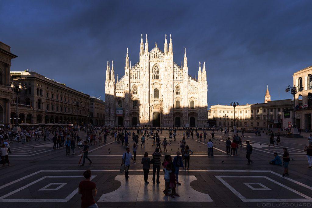 Piazza del Duomo e a fachada da Catedral de Milão, iluminada por uma clareira com um céu tempestuoso - Catedral de Milão © L'Oeil d'Édouard