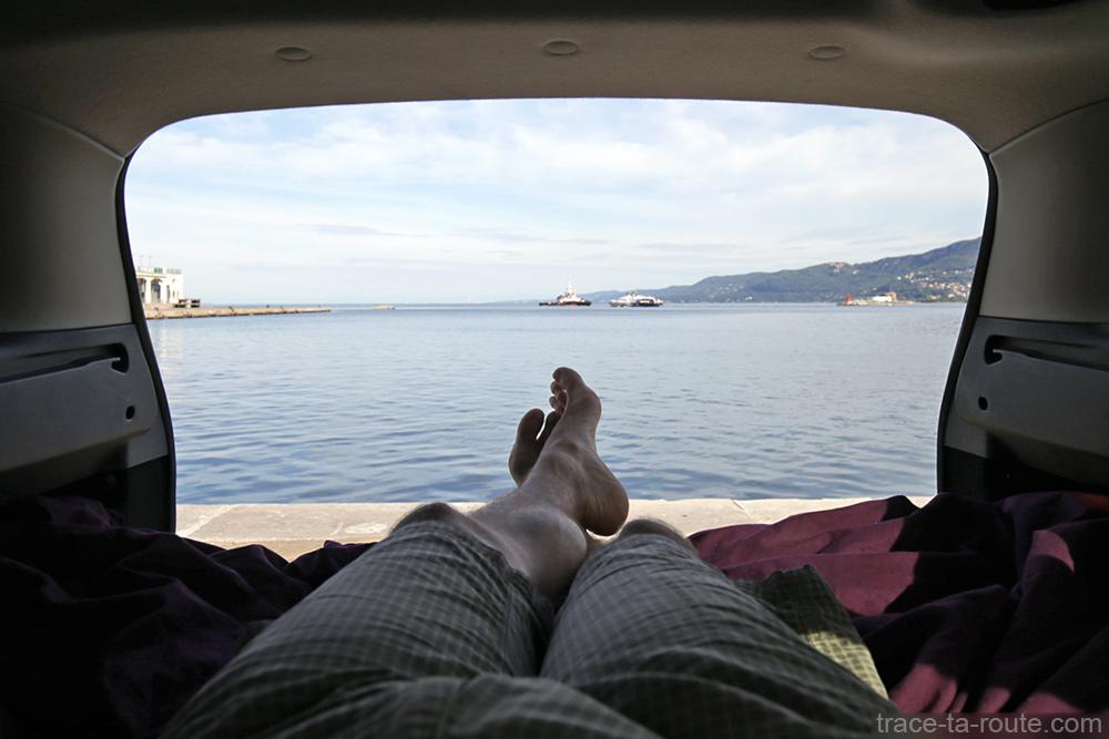 Viagem por estrada ao norte da Itália: paisagem do Adriático Trieste de Dacia Logan MCV com acomodação para dormir