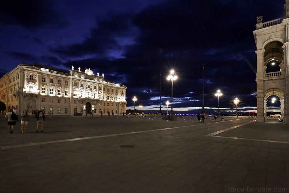 Palazzo Lloyd Triestino austro-húngaro na Piazza Unità d'Italia em Trieste à noite