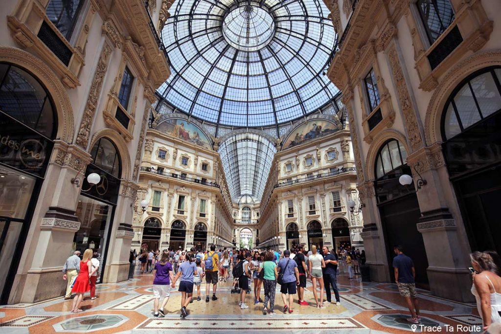 Telhado de vidro no centro da Galleria Vittorio Emanuele II em Milão