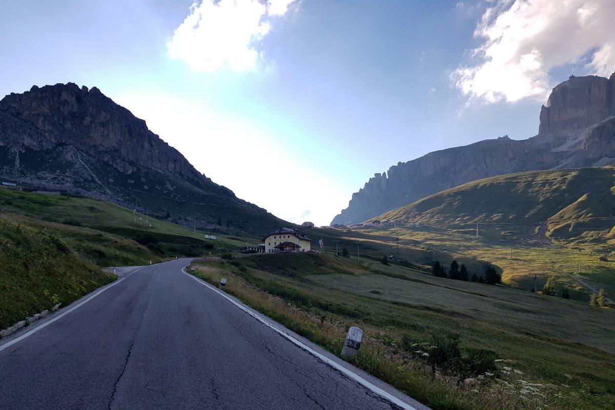 Paisagem Montanha Dolomitas Alpes Ciclismo Col Passo Pordoi Itália Itinerário Alpes italianos Paisagem montanhosa Itália Ciclismo Ciclismo Dolomitas Itália