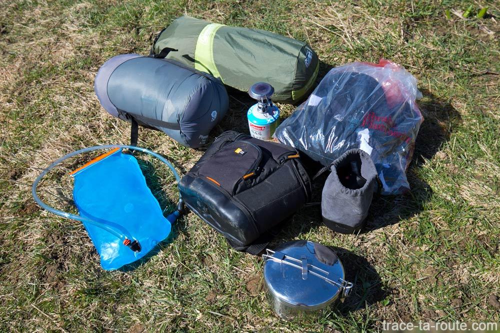 Embale o conteúdo do material do acampamento na mochila Osprey Atmos AG 65
