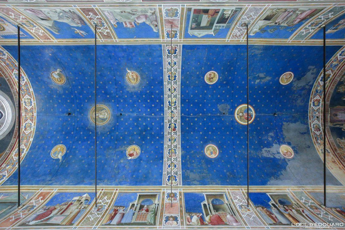 Capela Scrovegni no teto, Pádua Itália - afrescos renascentistas italianos de Giotto - Interior da Capela Scrovegni Pádua Itália Murais de Itália