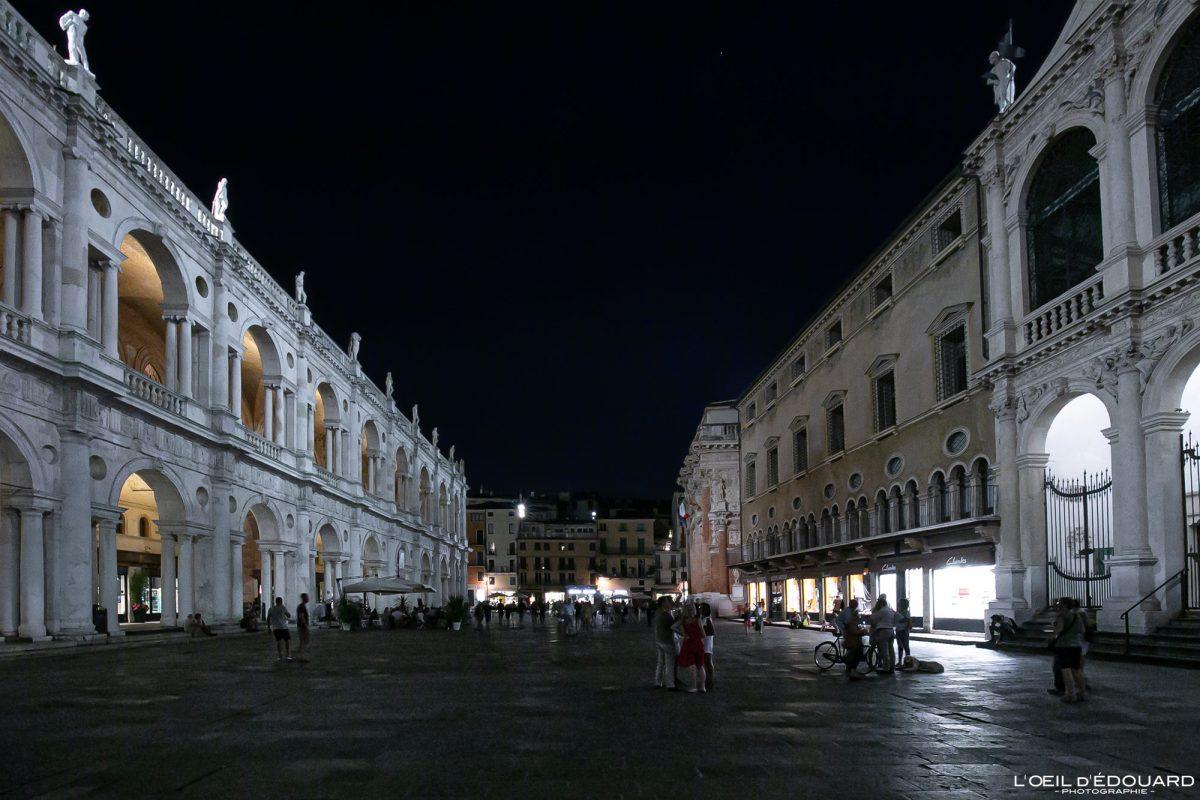 Praça à noite Basílica Palladiana Vicenza Itália Vêneto - Palazzo della Ragione à noite Basílica Palladiana Praça dei Signori Vicenza Itália Vêneto Itália Arquitetura quadrada italiana à noite