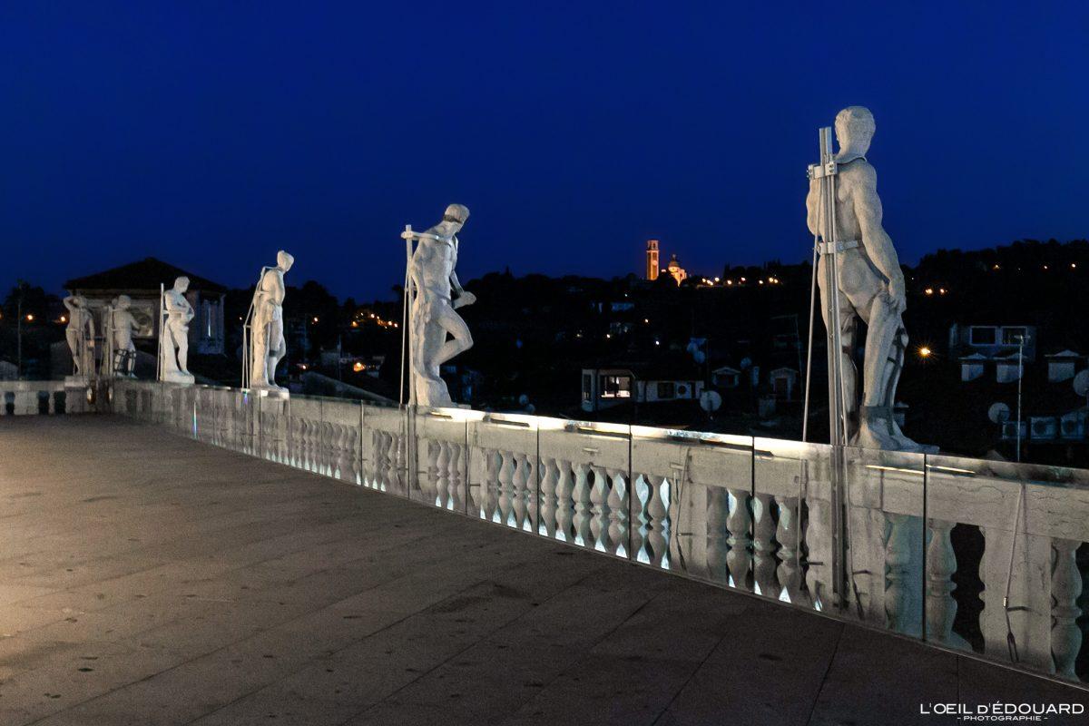 Esculturas no terraço da Basílica Palladio Vicenza Itália Vêneto - Basílica Terrazza Palladiana Vicenza Itália Veneto Itália Arquitetura à noite