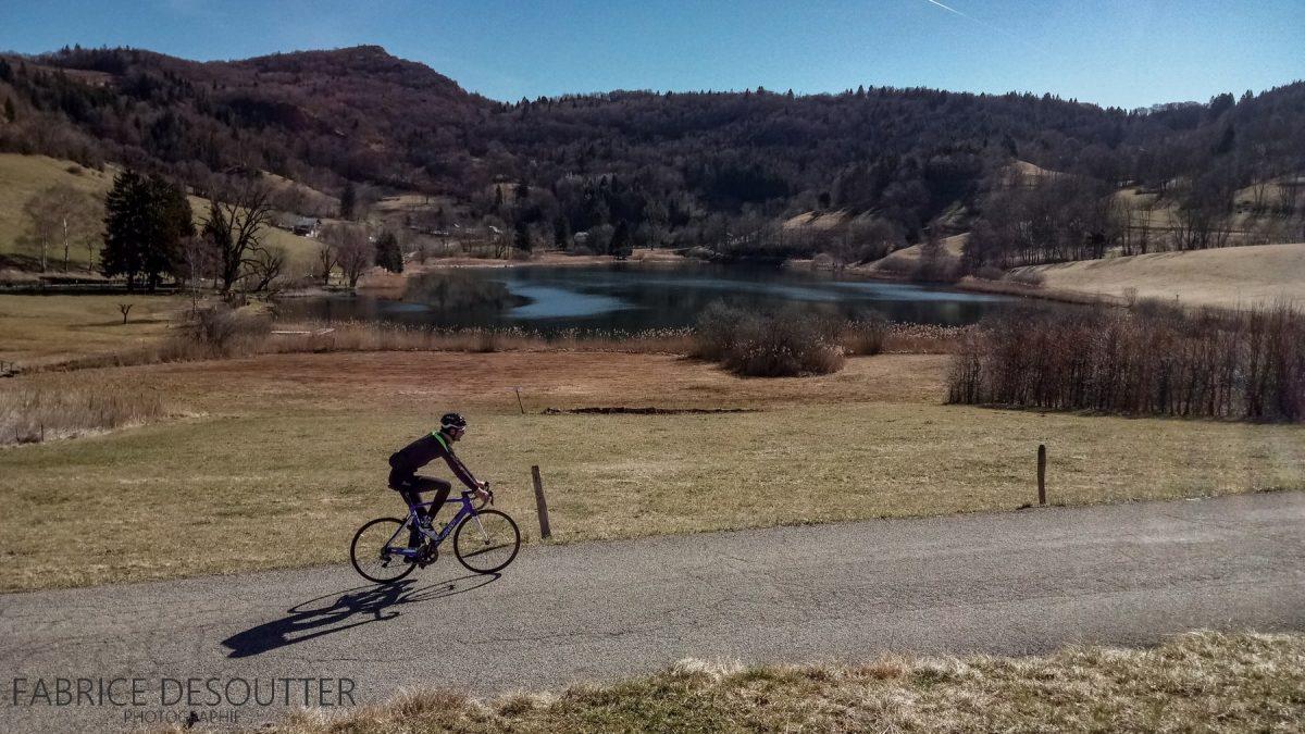 Lac de la Thuile Maciço des Bauges - bicicleta - paisagem de montanha bicicleta de estrada ao ar livre paisagem de montanha lago
