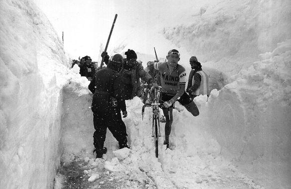Aldo Moser no Giro 1965 - Bicicleta Ciclismo Col de Stelvio Itália Alpes italianos Montanha Neve Itália Ciclismo Ciclismo Itália Passo dello Stelvio