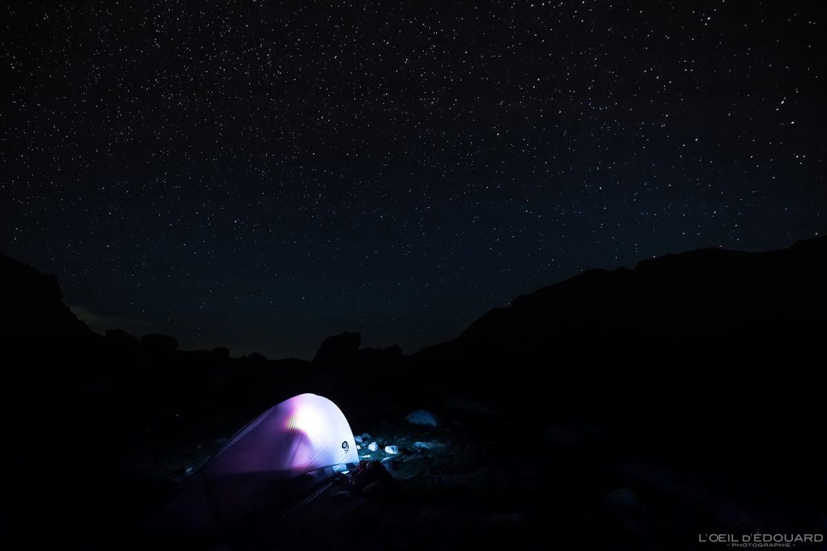 Foto noturna com céu estrelado Tenda de bivaque Refuge des Merveilles - Maciço du Mercantour Alpes-Maritimes Provença-Alpes-Côte d'Azur / paisagem de caminhada na montanha Paisagem ao ar livre caminhada na montanha caminhada na montanha trekking céu noturno