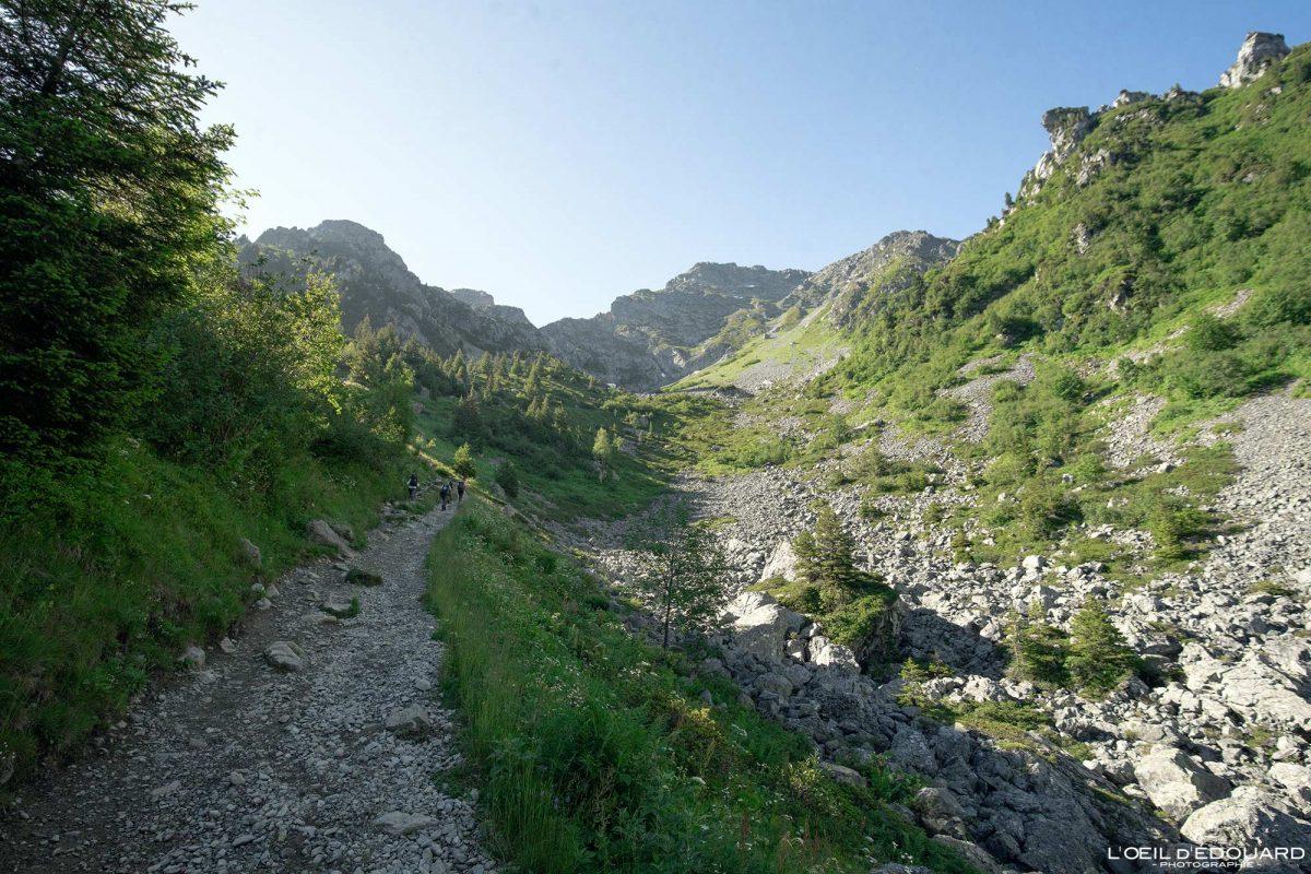 Trilha de caminhada Lac du Crozet Belledonne Isere Alpes França caminhada ao ar livre na paisagem montanhosa dos Alpes franceses