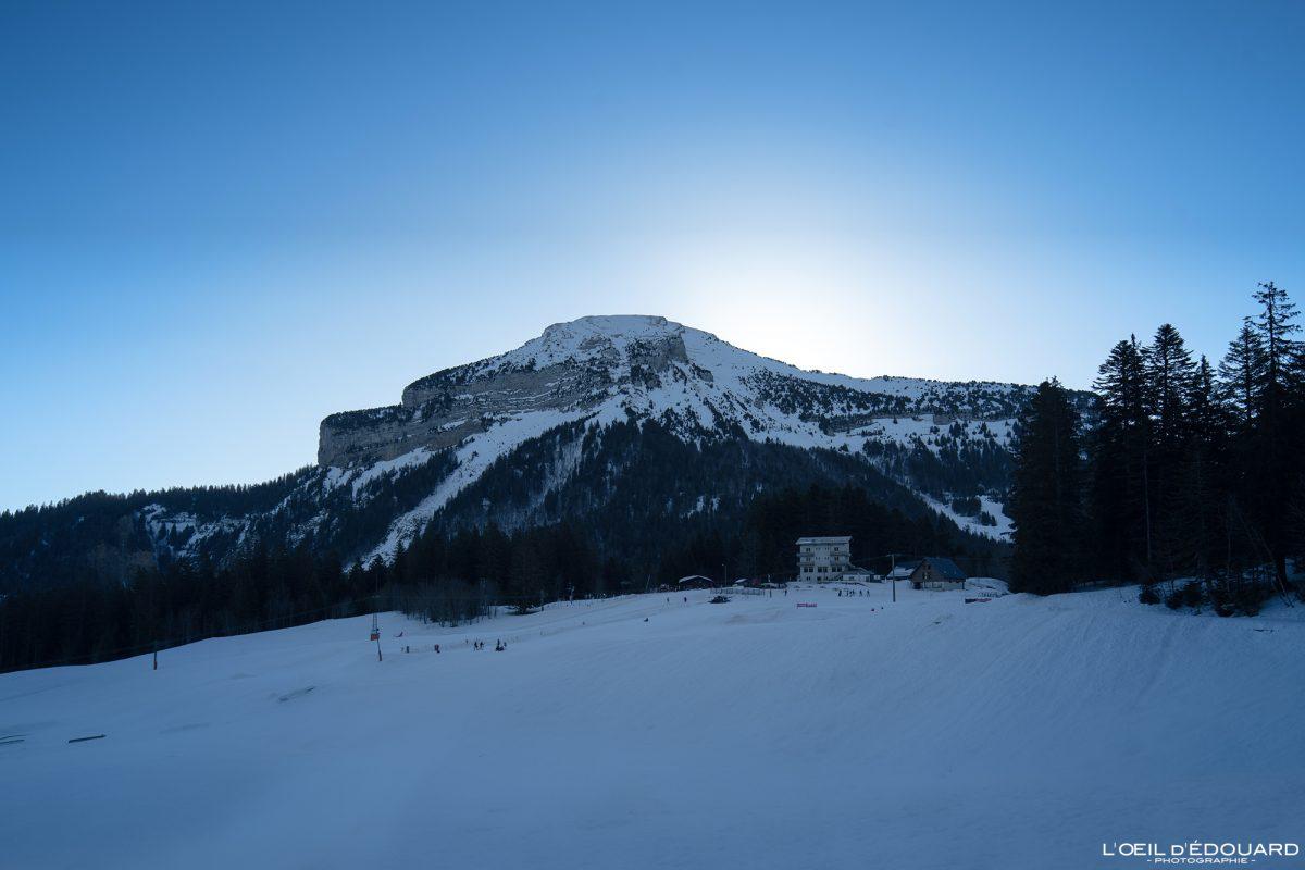 Chamechaude pela manhã da estância de esqui nórdica Maciço Col de Porte de la Chartreuse Alpes Isère Paisagem Montanha Neve Inverno França Alpes franceses Paisagem montanhosa Neve Inverno