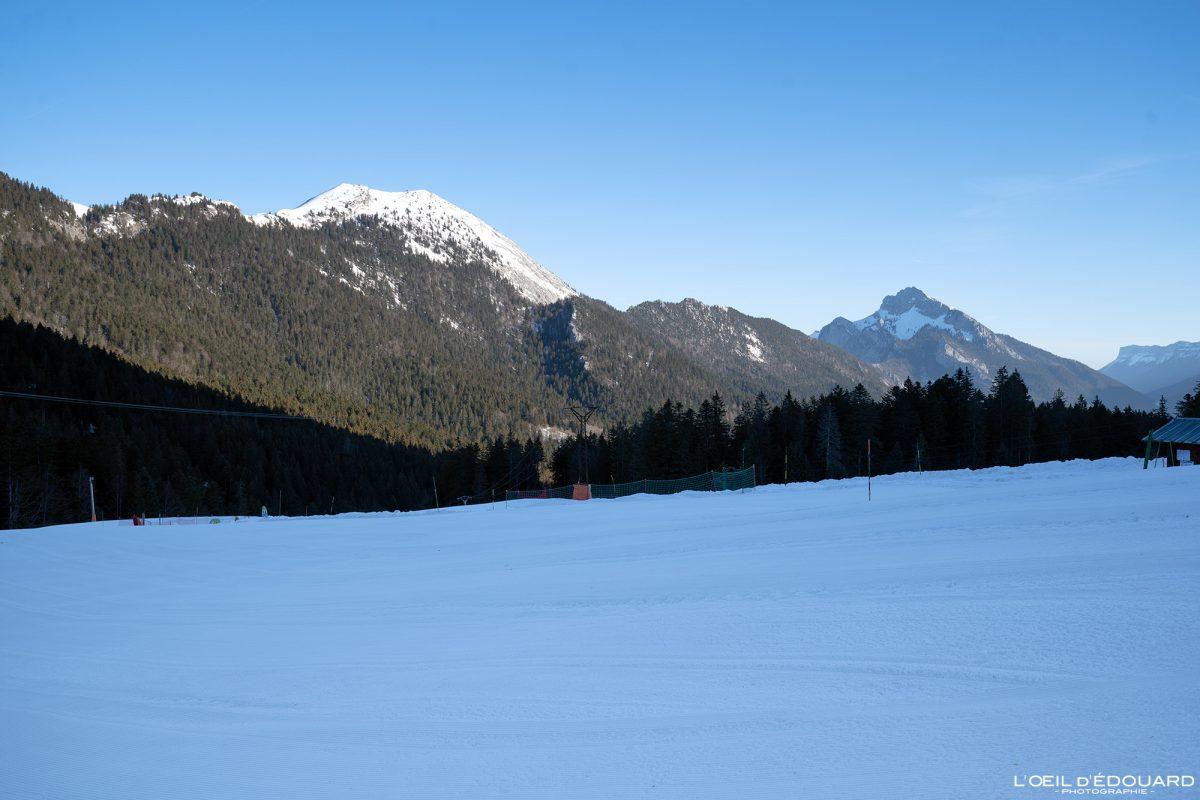 O charmoso Som da estação de esqui nórdica Col de Porte Maciço de la Chartreuse Isère Alpes Paisagem Montanha Neve Inverno França Alpes franceses ao ar livre Paisagem montanhosa Neve de inverno