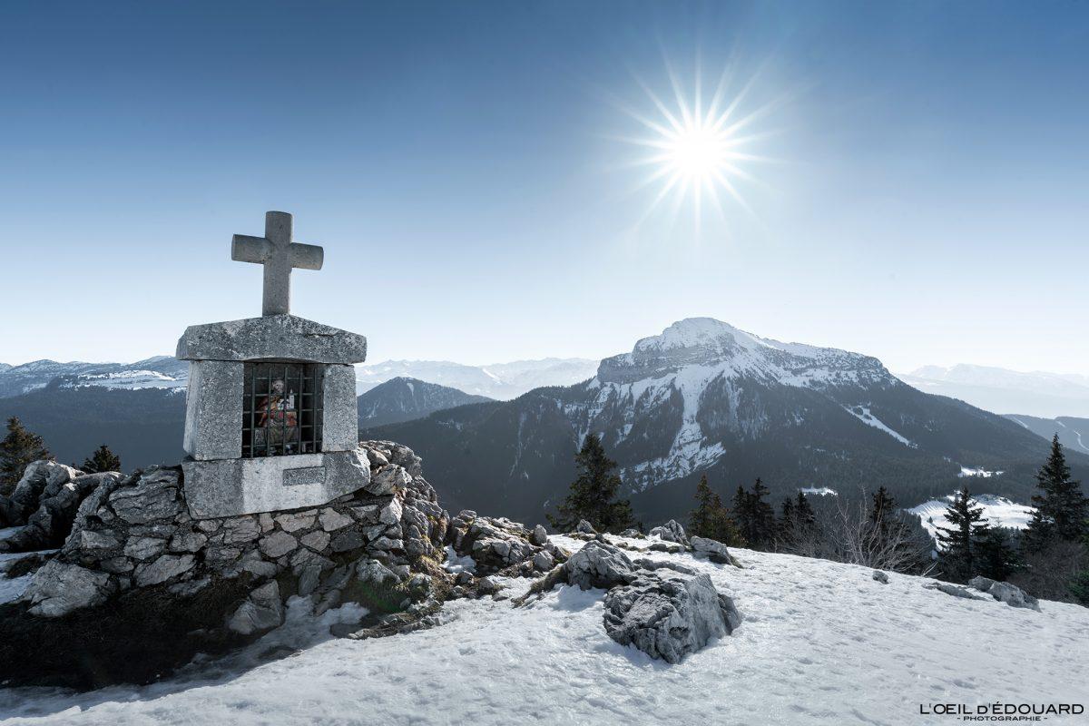 Oratoire d'Orgeval Encantador Som Chamechaude Maciço de la Chartreuse Isère Alpes Paisagem Montanha Neve França Outdoor Alpes franceses Paisagem montanhosa Neve de inverno