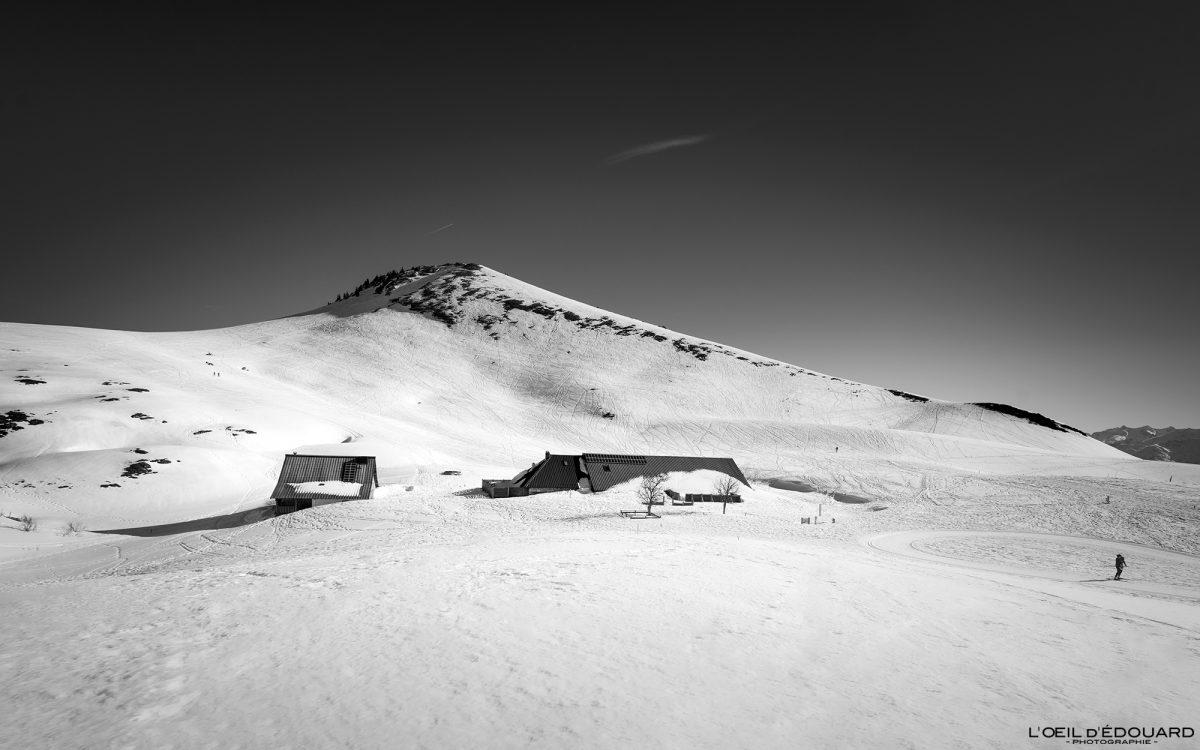 Auberge Chalets du Charmant Som no inverno Chartreuse Maciço Isère Alpes Neve Paisagem Montanha com raquetes de neve França Alpes franceses Paisagem montanhosa Esqui na neve de inverno