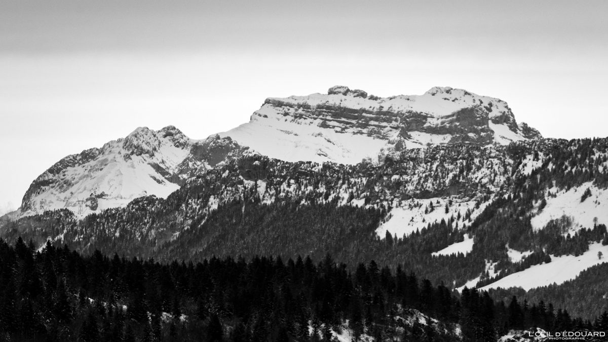 La Tournette no inverno da Croix des Bergers Snowshoeing Le Revard Maciço des Bauges Savoie Alpes Paisagem Montanha Neve França Neve ao ar livre Inverno Alpes franceses Paisagem montanhosa