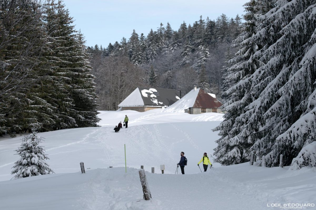 Chalés Gralette Caminhada Sapatos de neve Croix des Bergers Le Revard Maciço dos Bauges Alpes Savoie Paisagem Montanha Neve Inverno França Neve Exterior Inverno Alpes franceses Paisagem montanhosa