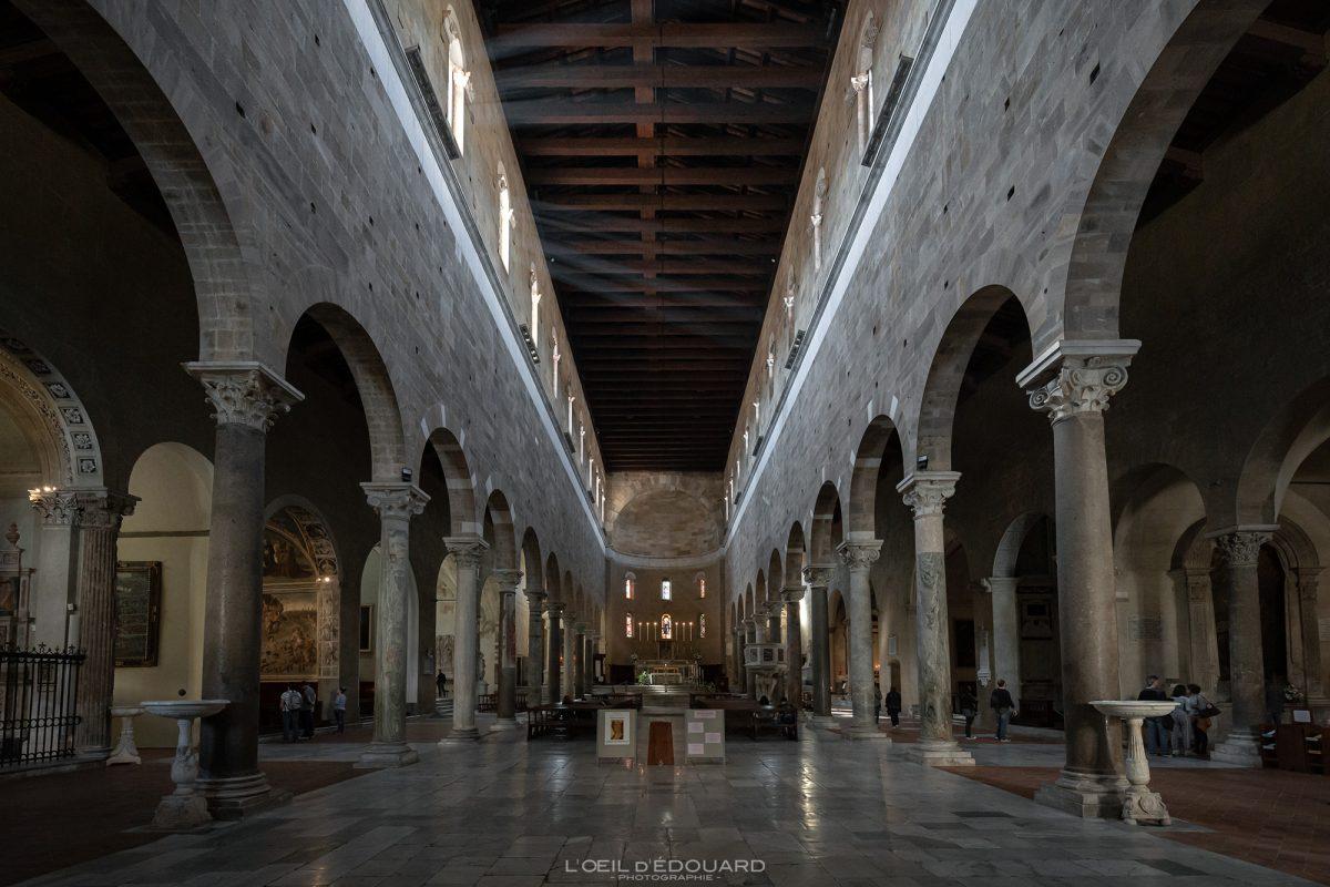 Nave interna Basílica Lucca Toscana Itália viagens de turismo - Basílica San Frediano Lucca Toscana Itália viagens Itália Toscana Arquitetura da igreja italiana
