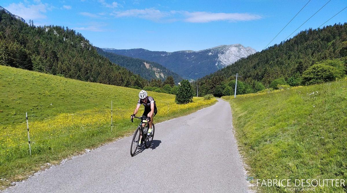 Bicicleta de corrida de ciclismo Massif de la Chartreuse Isere Alps França - Paisagem de montanha ao ar livre Alpes franceses Bicicleta de corrida de paisagem de montanha