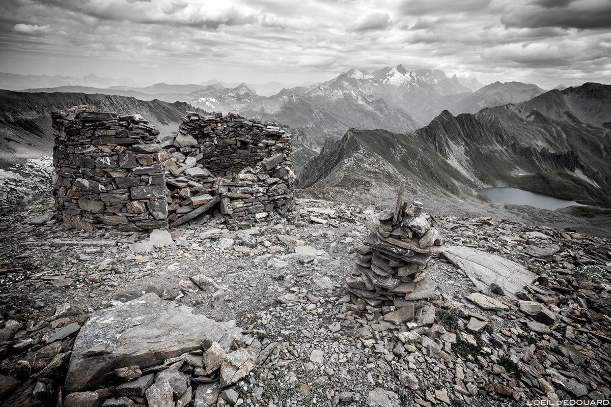 Rotunda em ruínas, proteção de pedra sob a ponta de Combe Neuve, Lac Noir e Mont Blanc nas nuvens, paisagem alpina de Le Beaufortain Savoie © L'Oeil d'Édouard - Todos os direitos reservados