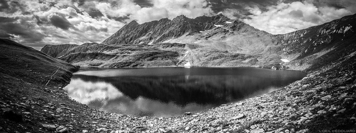 Lac Noir e Pointe de la Combe Neuve - Lacs de la Forclaz, paisagem montanhosa dos Alpes Le Beaufortain Savoie