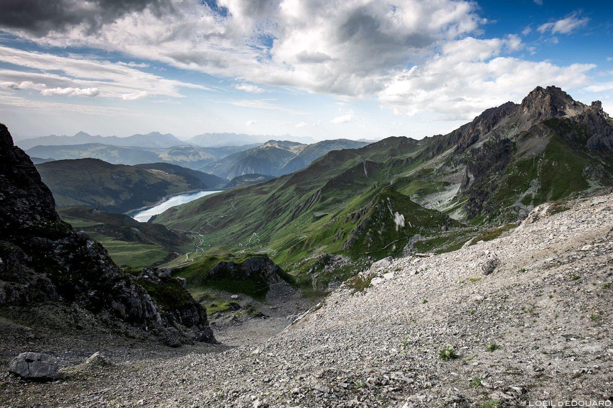 Lac de Roselend e Aiguille de Presset du Passeur de Mintaz (Col de Tutu), paisagem montanhosa dos Alpes Le Beaufortain Savoie