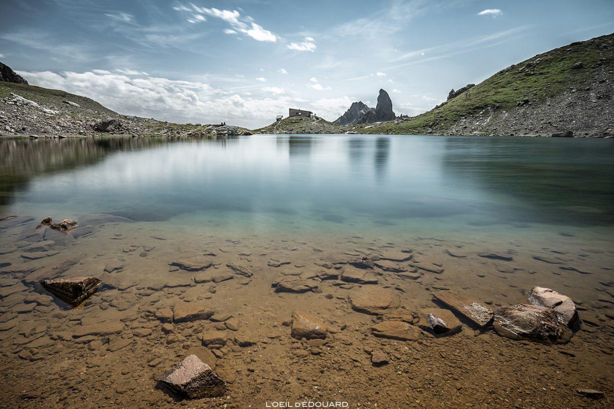 Lago Presset e o refúgio Presset com a Pierra Menta ao fundo, os Alpes montanhosos da paisagem saboiana de Beaufortain © L'Oeil d'Édouard - Todos os direitos reservados