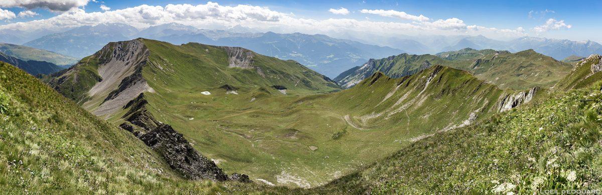 Vista panorâmica do cume de Crêt du Rey, paisagem montanhosa dos Alpes Le Beaufortain Savoie