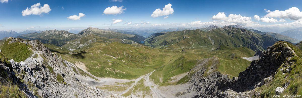 Vista panorâmica do maciço Beaufortain do cume da Crêt du Rey, paisagem montanhosa dos Alpes Savoy