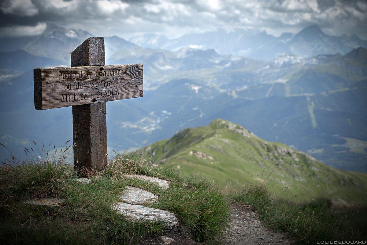O cume nordeste do Crêt du Rey, paisagem montanhosa dos Alpes Savoy de Le Beaufortain