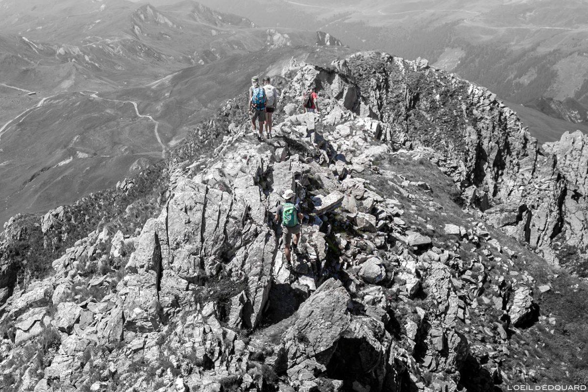 O cume sudoeste do Crêt du Rey, paisagem montanhosa dos Alpes de Le Beaufortain Savoie