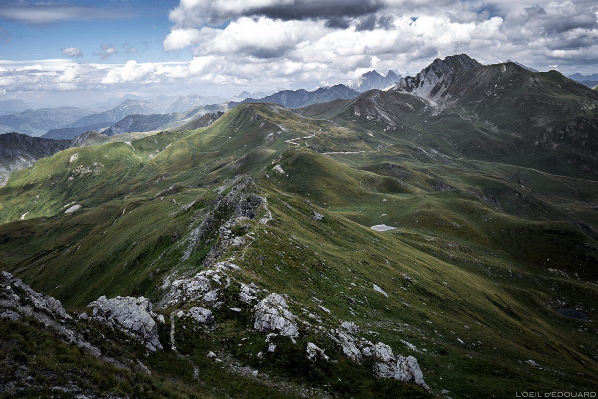 O Col des Tufs Blancs e o Crêt du Rey do topo da Pointe de Dzonfié, montanha Le Beaufortain Savoie Paisagem Alpes
