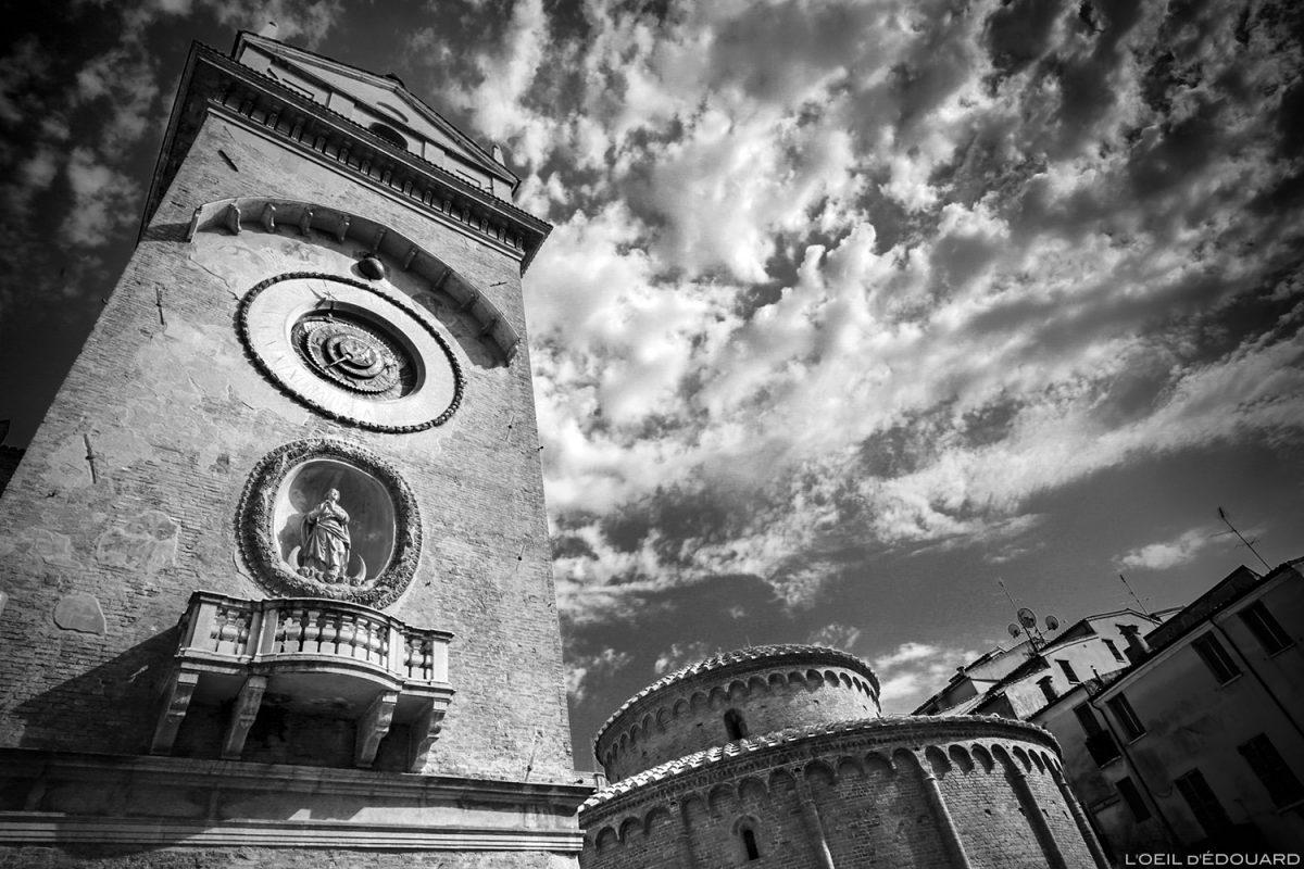 Relógio de sol da torre do sino de Palazzo della Ragione, Mântua Itália / Meridiana Campanile, torre do sino de Mântua, Piazza delle Erbe, Itália Campanile Itália