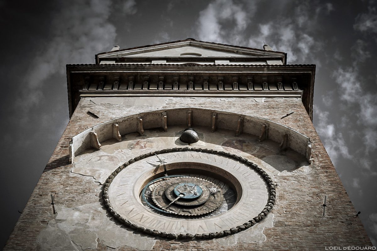 Relógio de sol da torre do sino do Palazzo della Ragione, Piazza delle Erbe, relógio de sol Mântua Itália / Campanile, Torre do Relógio de Mântua Itália Itália Campanile