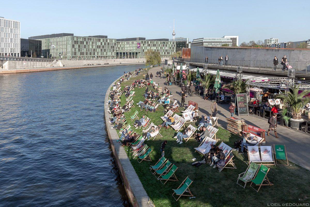 Spreebogen Park Berlin - Ludwig-Erhard-Ufer - Margens do rio Spree Berlin River Terrace bar restaurante Capital Beach Alemanha Alemanha Alemanha