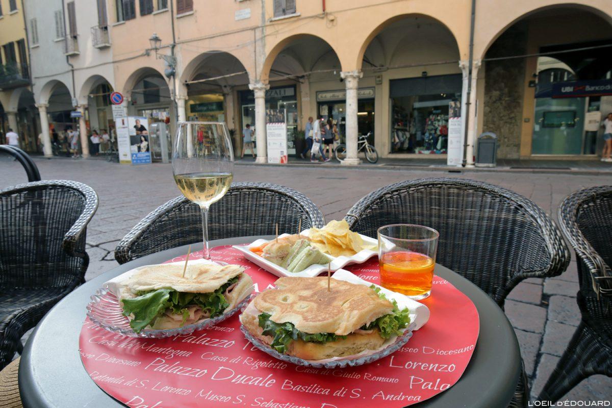 Piadini e spritz no terraço Piazza Guglielmo Marconi Mantua Itália, Bar Italia, Mântua Itália