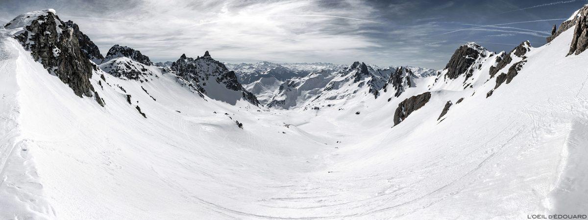 O Col du Grand Fond em alpinismo de esqui com o Vallon de Presset sob a neve no inverno - maciço de Beaufortain, Savoy / Montanha da paisagem no inverno Montanha ao ar livre Inverno Neve Ski touring
