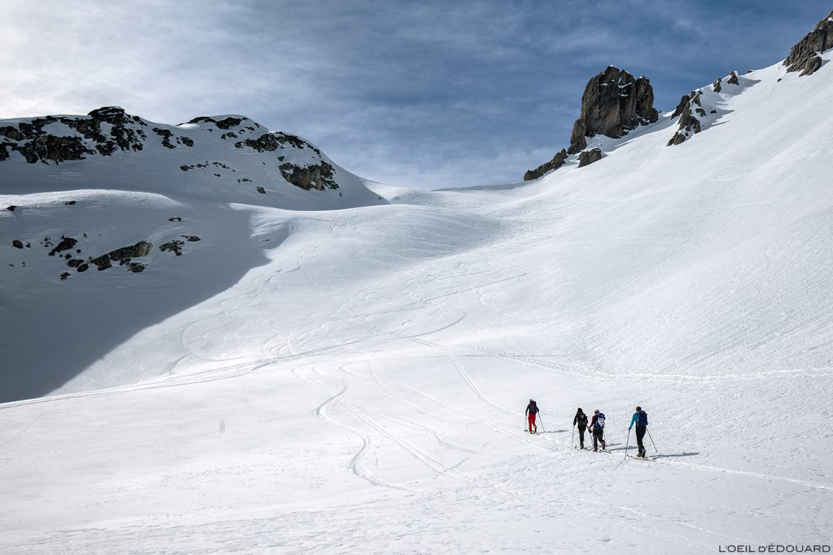 O Col du Grand Fond para esqui em Combe de la Neuva no inverno - Massif du Beaufortain, Savoy / paisagem montanhosa no inverno Outdoor Mountain Winter Snow Ski touring