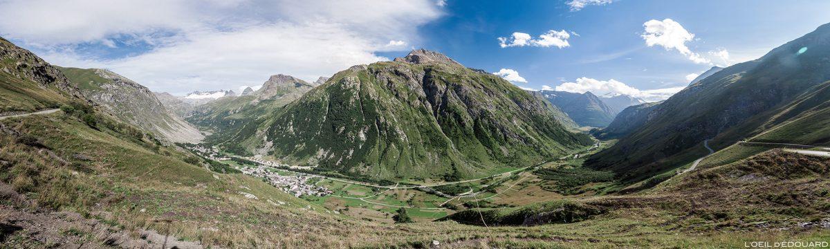Estrada D902 para o Col de l'Iseran - Alpes Savoie no vale de Haute Maurienne