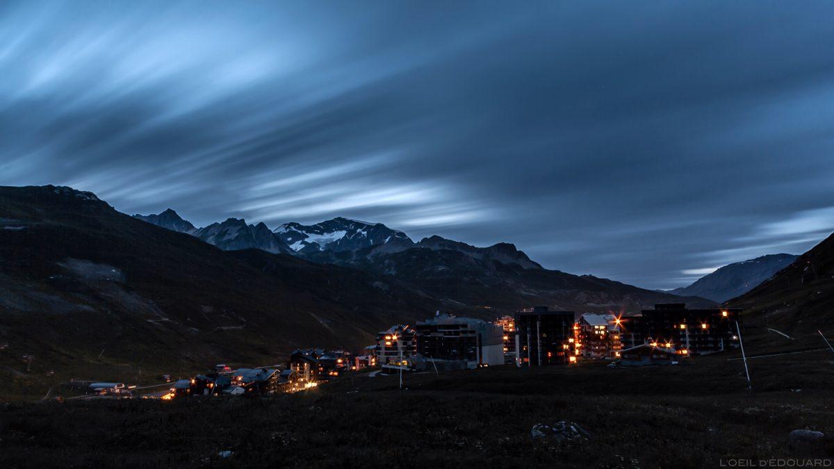 A aldeia de Tignes à noite no verão, Alpes Savoy de Haute-Tarentaise