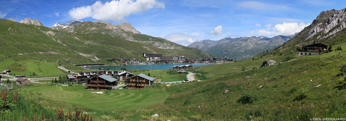 A aldeia de Tignes e o lago no verão, Alpes Savoy da Alta Tarentaise