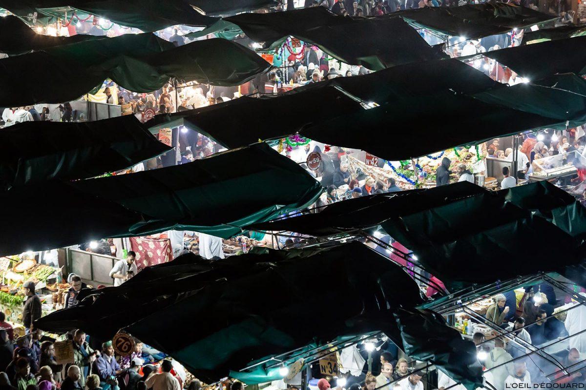 A comida é na praça Jemaâ El-Fna em Marrakesh, Marrocos, à noite.  © L'Oeil d'Édouard - Todos os direitos reservados