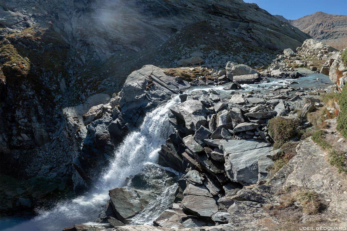 A cachoeira do Gorge de la Reculaz sob o Cirque des Évettes - Alpes Grées, Haute-Maurienne, Alpes Savoy